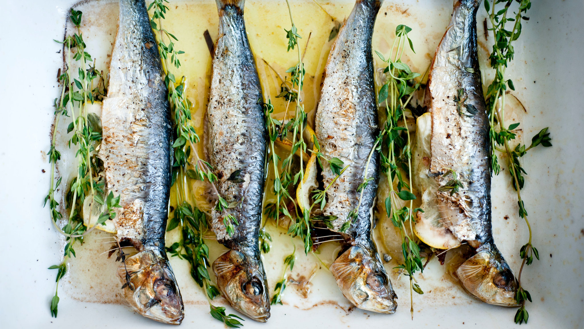 Broiled sardines with garnish